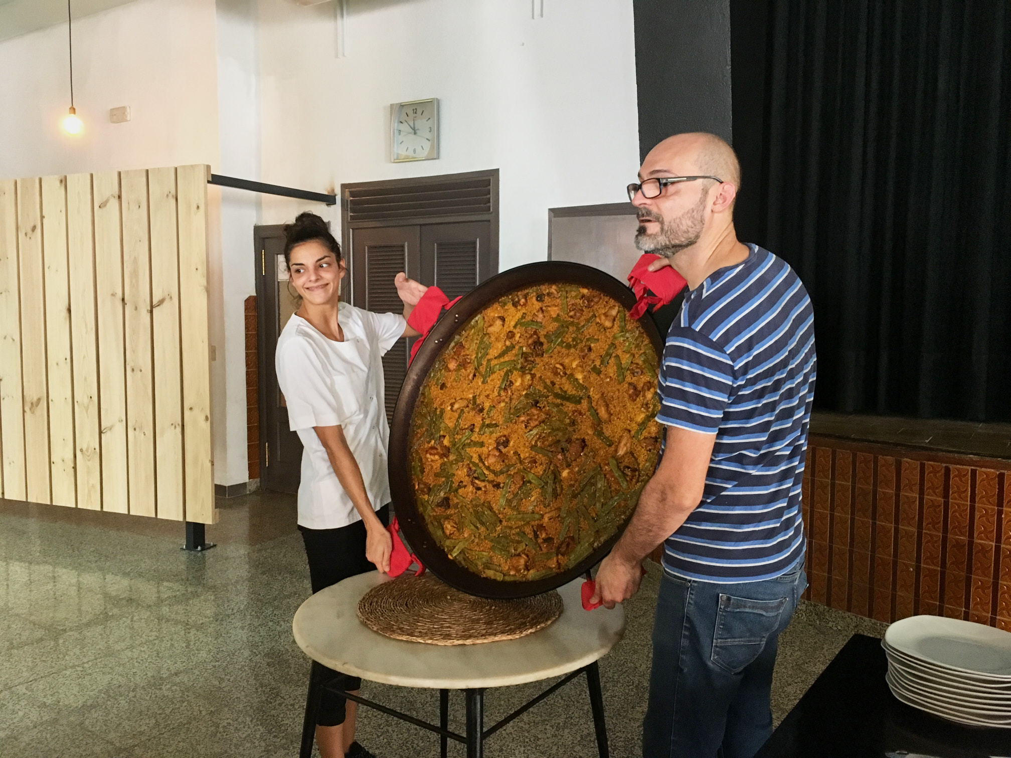the masters of the paella, it is a sign of quality if it sticks to the pan